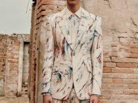 Самые поэтичные костюмы (и одно платье!) в мужской коллекции Alexander McQueen Spring 2022