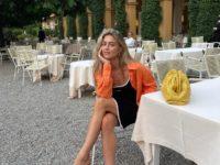 Хит сезона: сочетайте яркую рубашку и короткое платье, как стилист Эмили Синдлев
