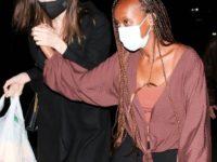 Даже летом Анджелина Джоли предпочитает черное пальто и сапоги