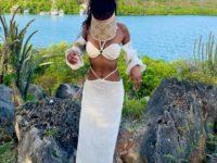 Льняной костюм и соломенный козырек: модель Джордан Данн нашла безупречный наряд для отпуска