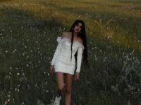 Свадебное мини-платье с кроссовками, которое носит Наташа