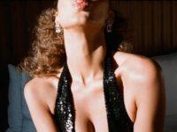 Воздушные поцелуи и очень глубокое декольте: соблазнительный вечерний образ Беллы Хадид