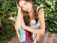 Яркие брюки + белый топ: формула летнего образа от Миранды Керр