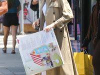 Даже в +30 Анджелина Джоли носит тренч