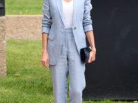 Идеальный льняной костюм на лето небесно-голубого цвета, который завораживает. Показывает королева Летиция